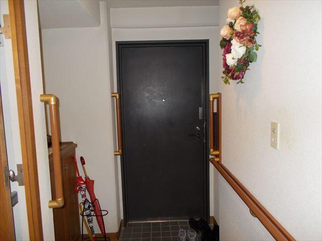 玄関は昔の感じのタイルでした。