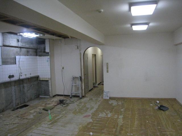 既存のキッチンを解体して床材や壁紙を剥がしていきます。新しい床材や壁紙を貼っていくときは、下地の状況で仕上がりが変わってきますので、剥がす時も後の事を考えながら進めます。
