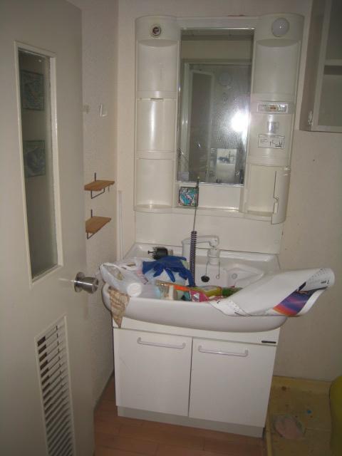 既存の洗面台ですが、鏡が小さく汚れが気になるゴムタイプの止水栓です。