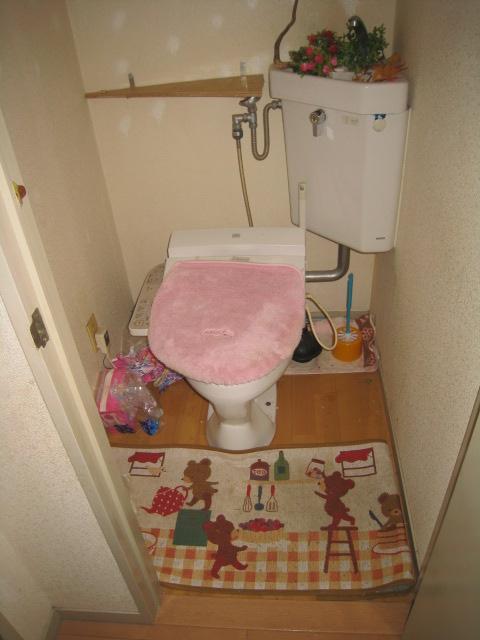 トイレは便器がまだ十分使用可能なので、壁や床材を貼り替える事にしました。