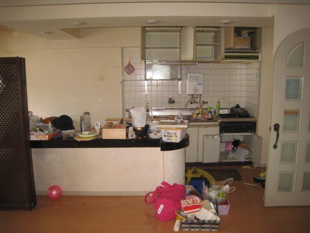 キッチンとリビングの間にカウンターがありますが、部屋がせまく感じるためこの間取りを変更する事にしました。