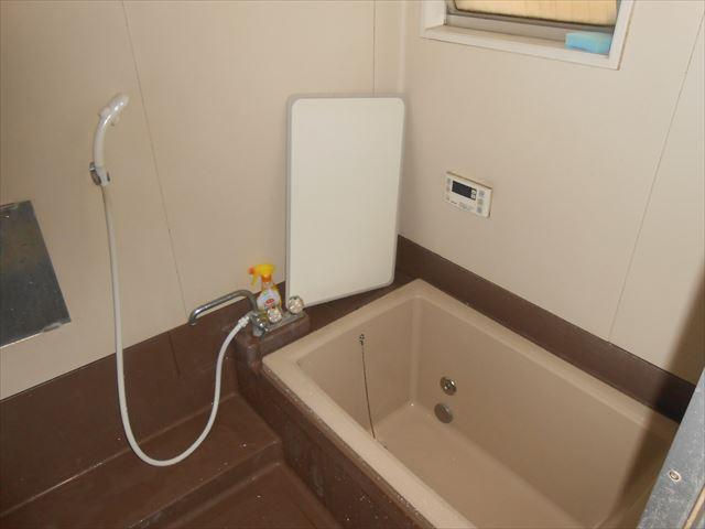 既存の浴室です。 長年使用していると、なかなか水垢も落ちなくなり、お手入れも大変です。