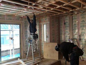 長泉町新築工事 天井に断熱材入れています
