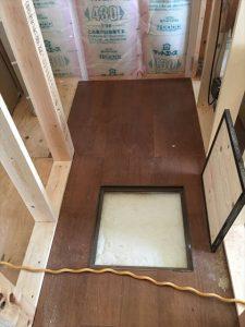 長泉町新築工事 床下点検口で断熱材が見えます