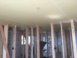 長泉町新築工事 壁の仕切りがあると天井ボード張りも大変ですね