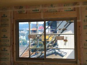 長泉町新築工事 窓枠の上にカーテン取付用の下地を入れました