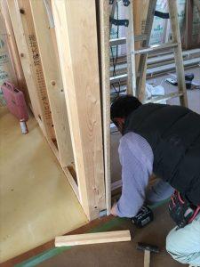 長泉町 下長窪マイホーム新築注文住宅 井熊大工さんがドア枠取付です