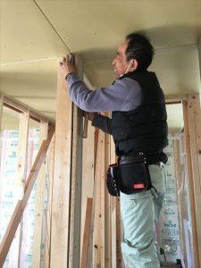 長泉町 下長窪マイホーム新築注文住宅 大工さんがドア枠取付です
