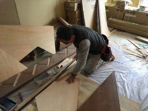 長泉町 下長窪マイホーム新築注文住宅 階段施工上型取りをして段板を合わせていきます