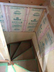 長泉町 下長窪マイホーム新築注文住宅 階段断熱材と隙間テープ張りです