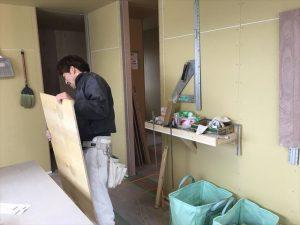 長泉町 下長窪マイホーム新築注文住宅  大工さんがボードを張っています