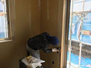長泉町 下長窪マイホーム新築注文住宅  クロス下地のパテ打ちです