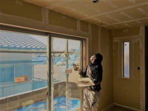 長泉町 下長窪マイホーム新築注文住宅  クロス下地パテ処理です