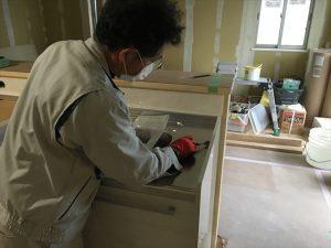 長泉町 下長窪マイホーム新築注文住宅  キッチン組立コーキング処理です