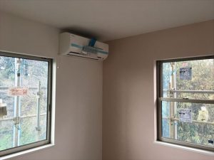 長泉町 下長窪マイホーム新築注文住宅 内装クロス仕上げとエアコン取付です
