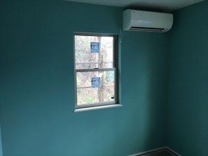 長泉町 下長窪マイホーム新築注文住宅 子供部屋内装クロス仕上げとエアコン取付です
