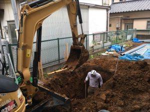 長泉町 下長窪マイホーム新築注文住宅 合併浄化槽の穴をユンボで掘っています