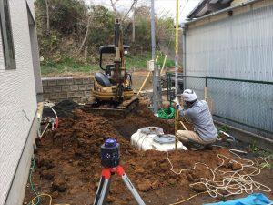 長泉町 下長窪マイホーム新築注文住宅 浄化槽の高さを測っています