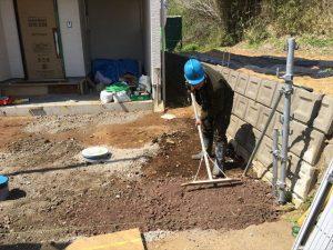 長泉町 下長窪マイホーム新築注文住宅 駐車場コンクリート打ち砕石敷き込みです