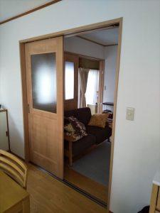 三島市で明かり窓がある建具に替えたことで、中央のお部屋がとても明るくなりました