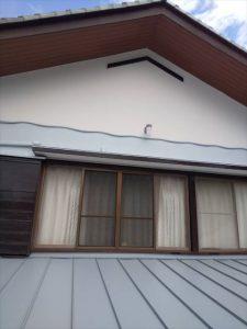 沼津市で壁と屋根の取り合い部分からの雨漏り屋根全体を新しい屋根材で覆うカバー工法